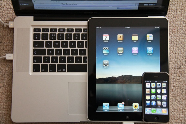 Foto del iPad entre un Mac Book y un iPhone